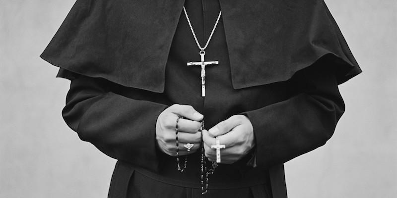 cura con crucifijo